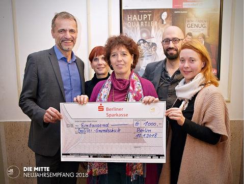 DIE MITTE übergibt den Spendenbetrag an die Galilei Grundschule