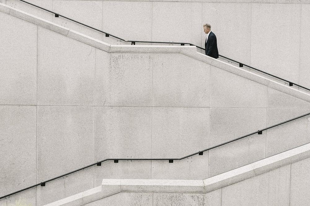 Mężczyzna wchodzący po schodach