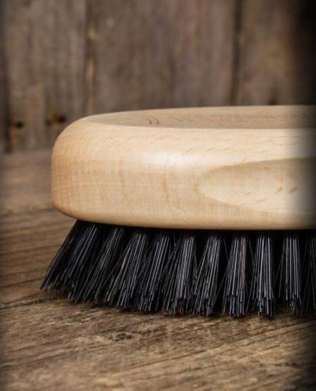 מברשת איכותית לזקן עשויה עץ טבעי, אידאלית לטיפוח זקן, שיער ואפילו מעולה לשפם שלך. המברשת מלטשת ומטהרת את עור הפנים משאריות ומשקעים של פסולת, לכלוך, ותאי עור מתים ומשפרת את מרקם הזקן בזכות פעולת הפוליש הייחודית של שיערות המברשת.