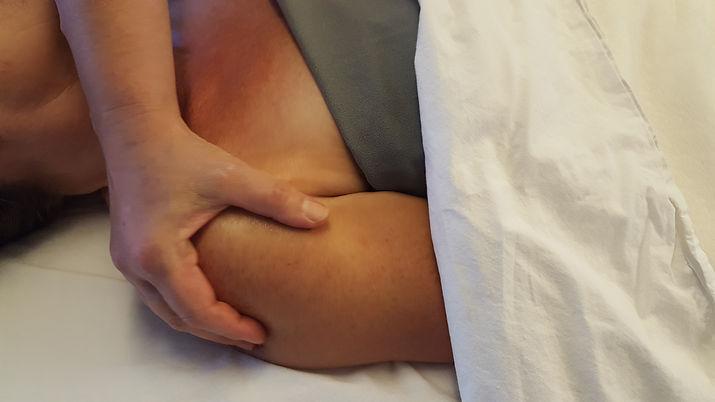 Massage, smertelindring, ondt i nakken, behandling, piskesmæld, fysiurigsk massage, låste facetled, angst, afslapning, afspænding, tid til selvforkælelse, dig i centrum, ømme muskler, ondt i ryggen, ondt i benene, piskesmæld, hekseskud, sportsskader, ondt i skulderen, musearm, tennisalbue, gigt, ischias smerter, skader, skæv bækken, lændesmerter