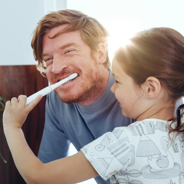 Menina, escovar, dentes, pai