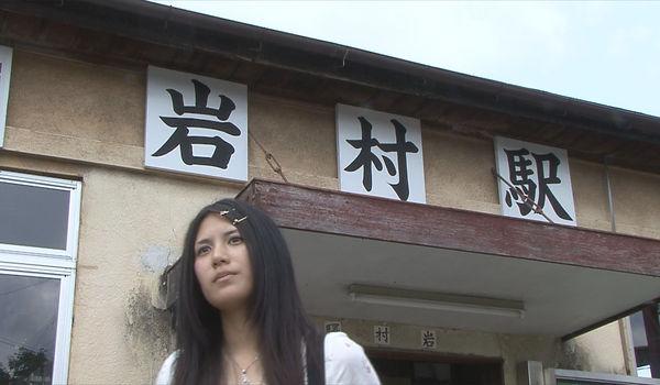 岩村駅から出る直子.jpg