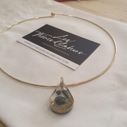 Collier avec medaillon artisanal en resine epoxy