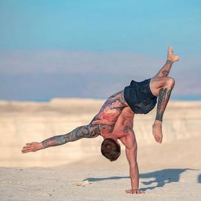 Les hommes, la souplesse et le yoga
