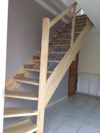 Escalier ouvert en bois à Saumur