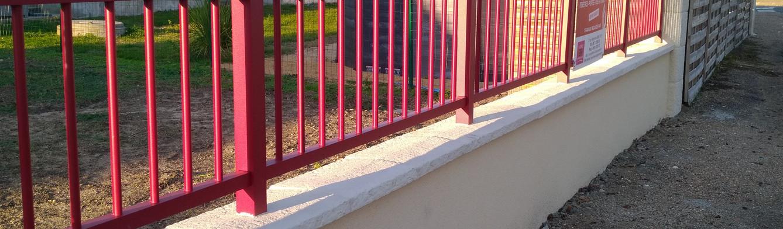 Clôture rouge avec goute d'eau noir à Vivy
