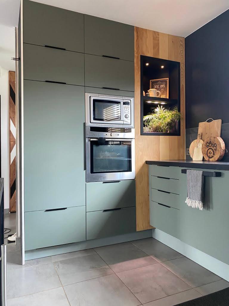 Cuisine IKEA verte et noire, plan de travail béton ciré, crédence ardoise - Jeanne Pezeril Décoratrice UFDI Montauban Grenade