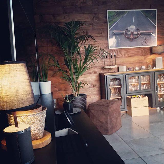 rétro chic - mur de bois et meubles chinée relookés