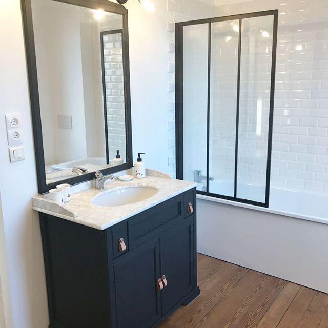 Mélange d'ancien et de moderne pour cette salle de bain Noire & blanche