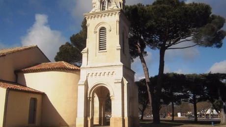 Une petite église au bord du Bassin