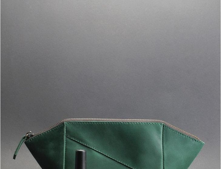 Дизайнерская женская кожаная косметичка ручной работы в зеленом цвете.