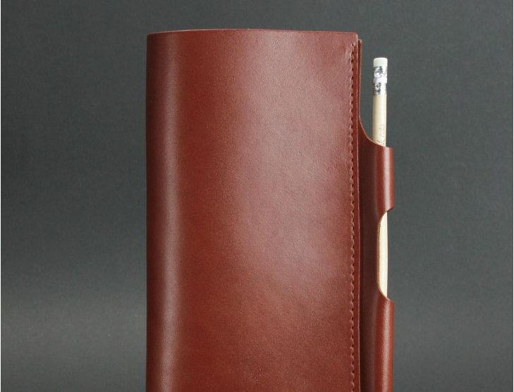 Мужской кожаный тревелбук ручной работы коричневого цвета