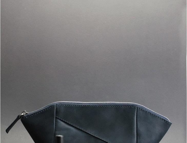 Дизайнерская женская кожаная косметичка ручной работы в синем цвете.