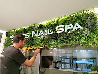 Photo de l'installation d'un logo végétal réalisé par Végétal tendance