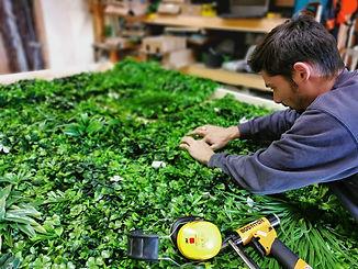 Photo lors de la conception d'un tableau Végétal artificiel avec logo de l'entreprise réalisé par Végétal Tendance en Suisse