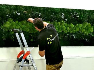 Photo de l'installation d'un tableau végétalisé par l'équipe Végétal Tendance en Suisse