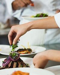 Chef Garnishing uma refeição