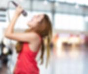 jeune-femme-chanter-microphone-fond-blan