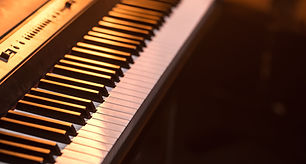 piano-keys-close-up-on-beautiful-colored