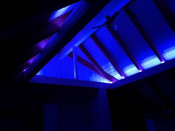 Die indirekte Beleuchtung sorgt für eine schöne Atmosphäre und trägt zum Wohlbefinden bei.
