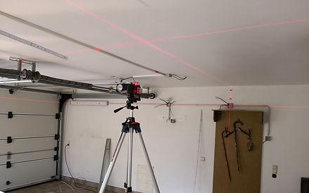 Elektro Arbeiten mit einem 360° Laser. Hierbei können wir Betriebsmittel zu 100% im Wasser montieren. Als Elektriker ist der Laser unersetzlich