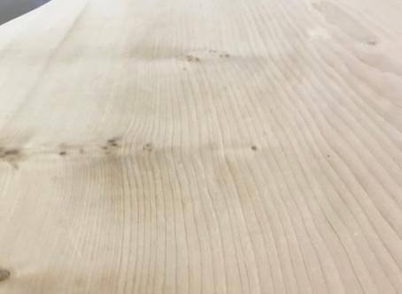 古いテーブルの天板を削っています。