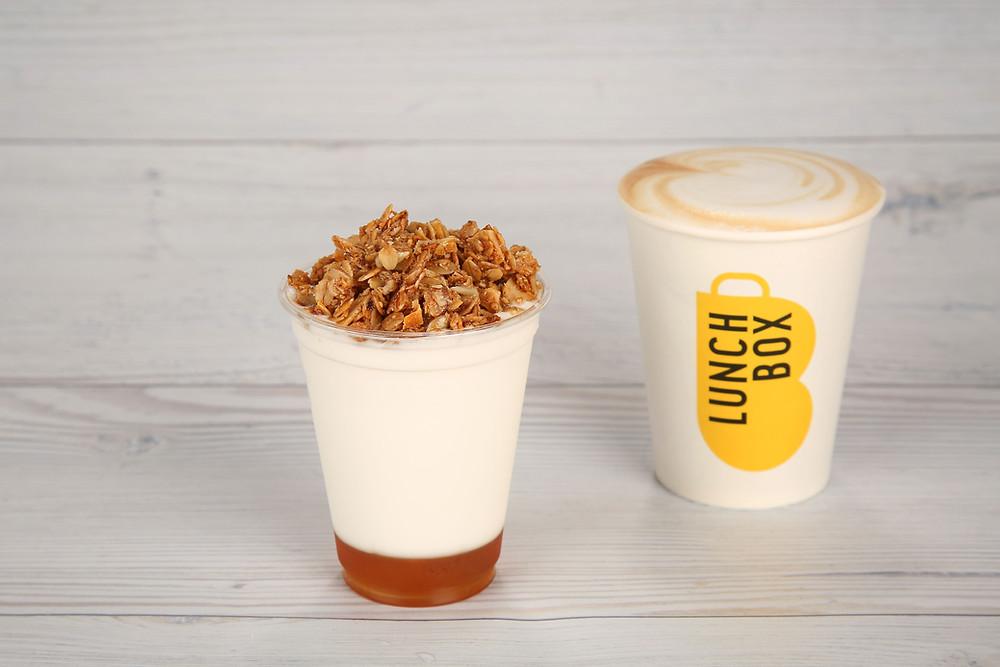 כוס יוגורט גרנולה , 9.90 ש בתוספת קפה 14 ש' צילום יעל ונעמי LUNCH BOX.JPG