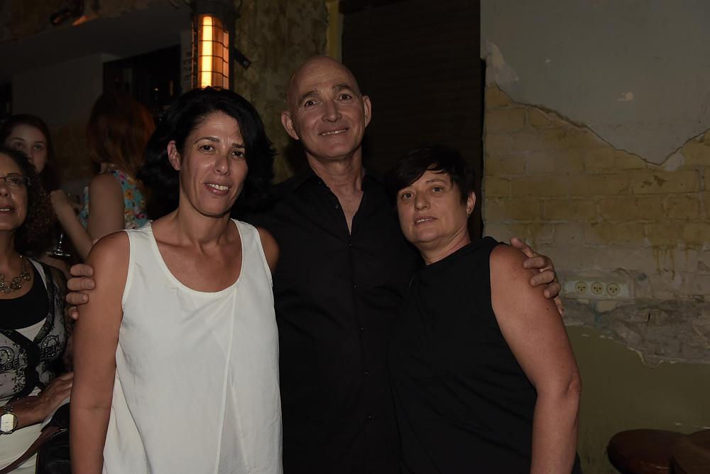 דר דב קליין עם רינת קליין מנכל הערוץ הוט בידור ישראל ואיילת הלר עורכת ראשית.JPG