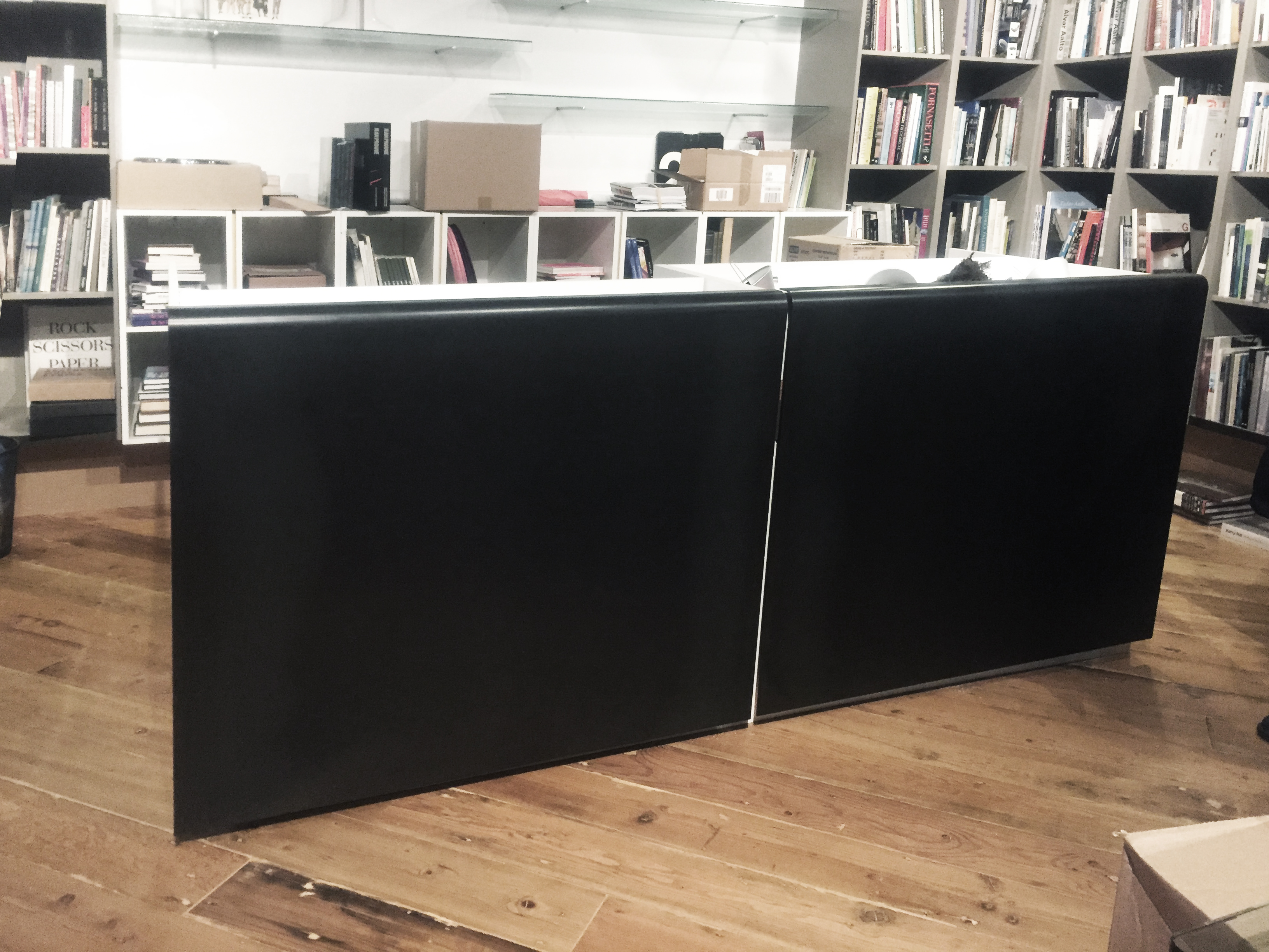 Desk with 2 steel panels