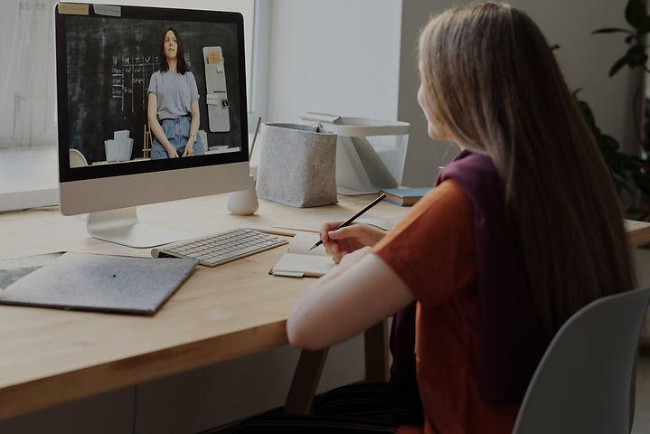 girl-watching-video-using-imac-4144225_e