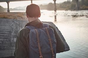 Vista traseira do homem com mochila