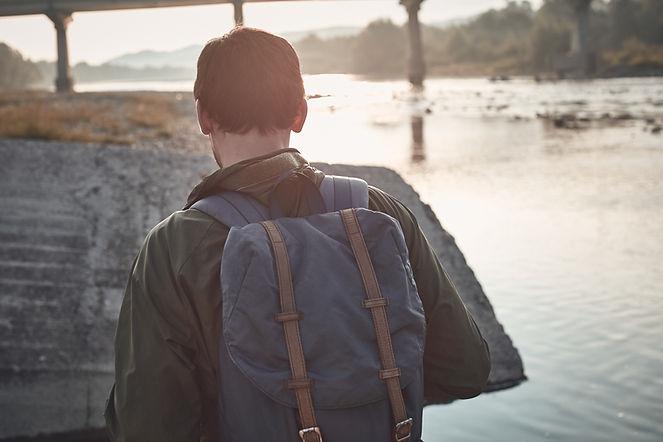 Vista posterior del hombre con mochila
