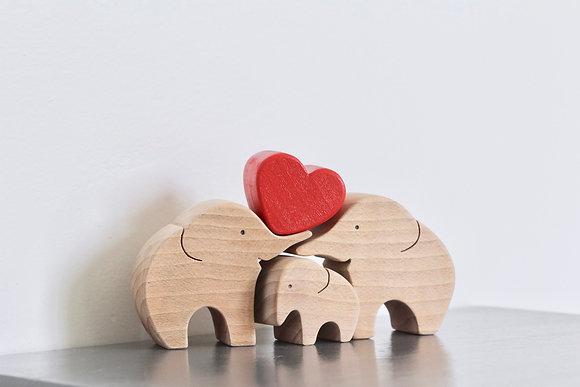 Petite famille d'éléphants au cœur rouge