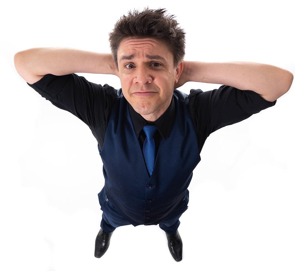 Imagem do humorista Oscar Filho: cabelos castanhos, arrepiados, homem branco vestindo um terno azul