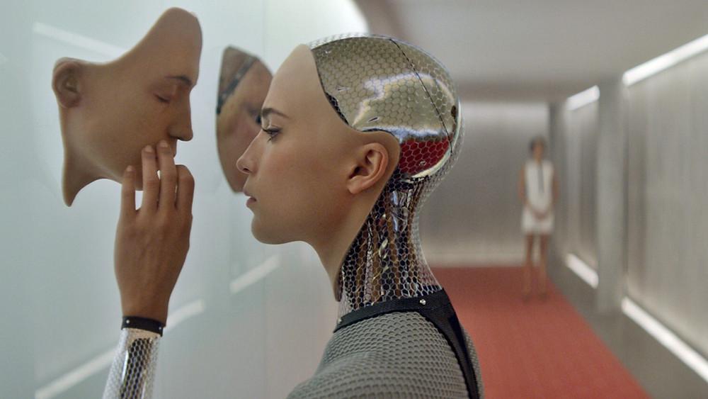 la protagonista del film Ex Machina, Robot con maschera umana