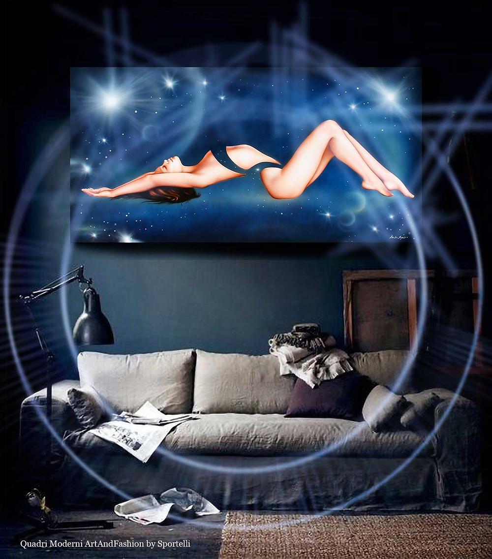 quadro-moderno-blu-con-donna-su-divano-grigio-tortora