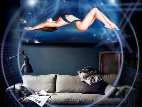 Come abbinare quadri moderni blu in salotti e su divani in stile diverso - Idee Arredo