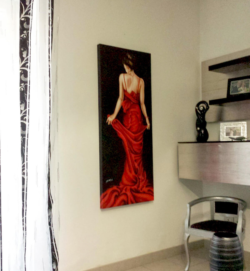 quadro moderno verticale con donna in abito rosso e ambientazione in arredamento argento