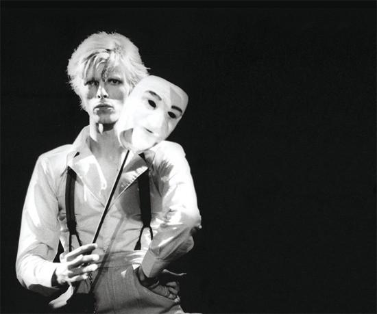 in memory of David Bowie, foto in bianco e nero di Bowie con maschera bianca