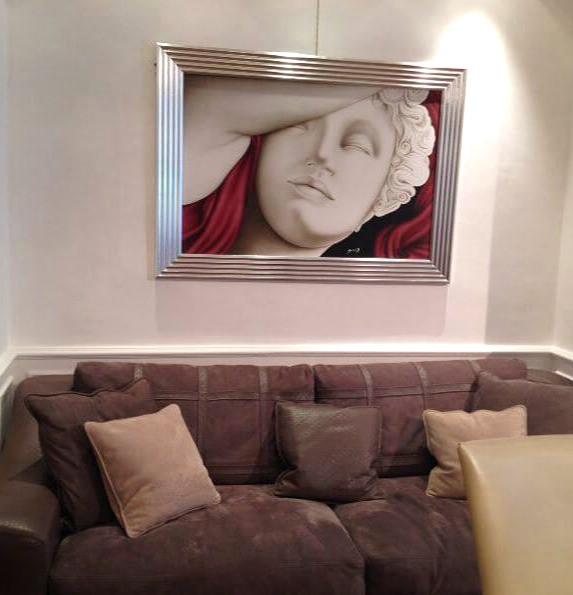 quadro moderno Canova abbinato a divano alcantara