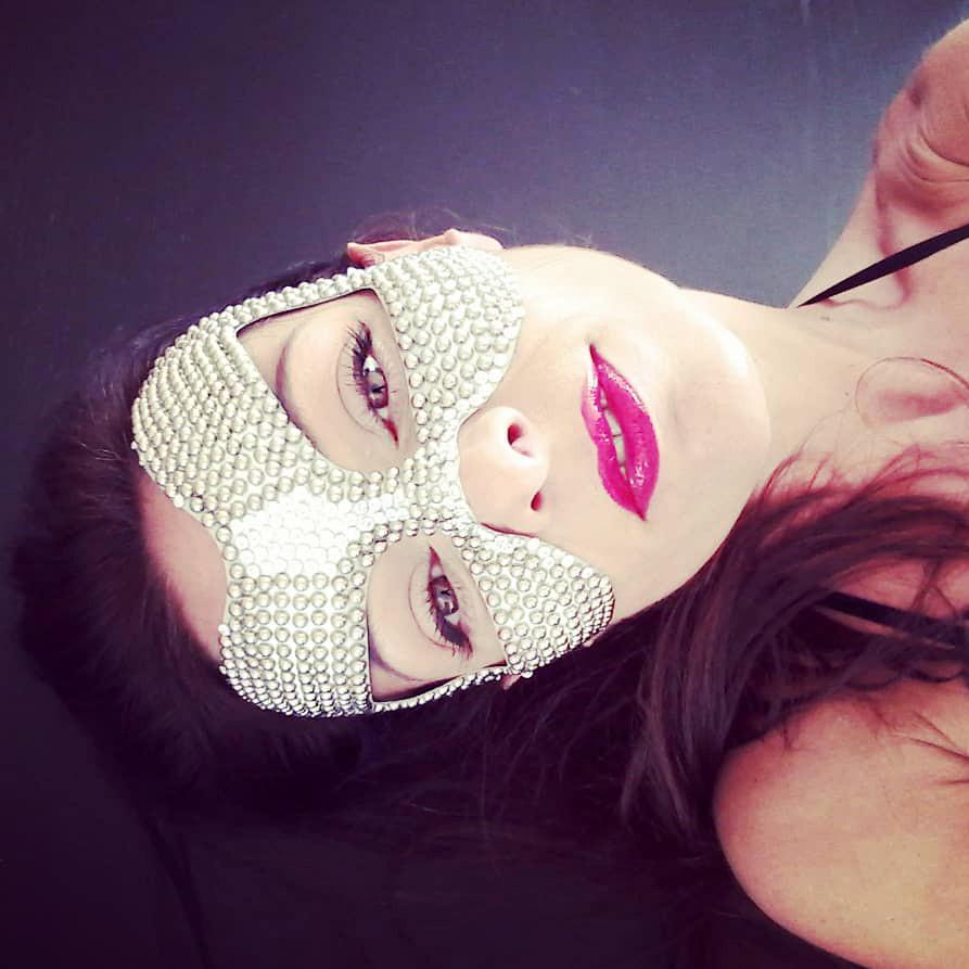 ragazza mascherata, maschera gioiello