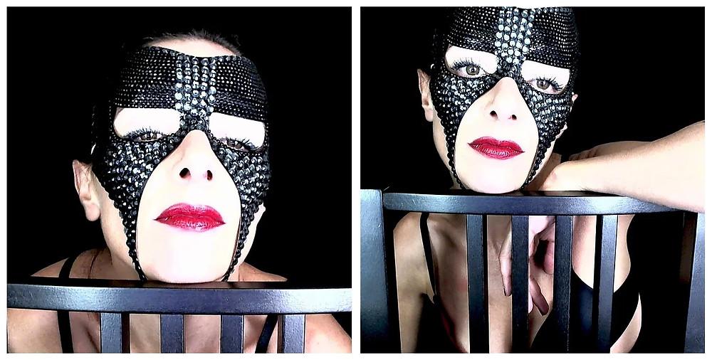 ragazza sexy con maschera fetish nera e rossetto rosso