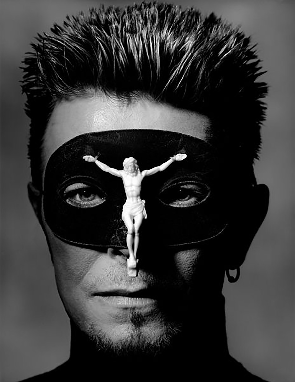 David Bowie maschera con crocifisso