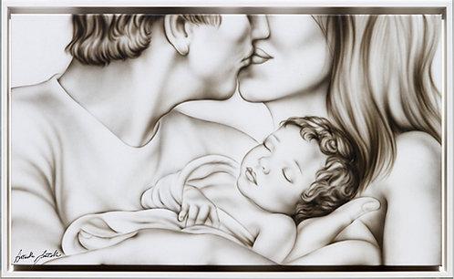 Capezzale moderno grigio seppia con donna, uomo e bambino che si baciano. Arredamento per camera da letto olmo tortora