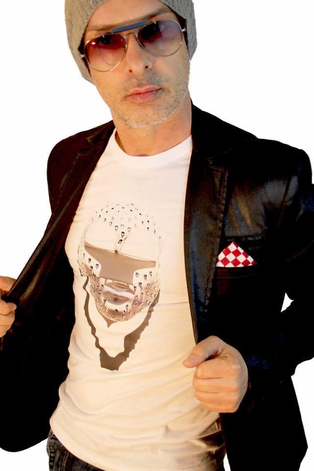 modello con maglietta bianca personalizzata con stampa maschera artistica bianca