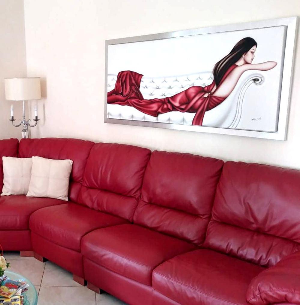 quadro moderno con donna in abito rosso distesa su divano decorato con Swarovski