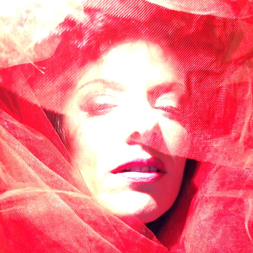 volto di donna in rosso, ritratti fotografici artistici by ArtAndFashion Sportelli