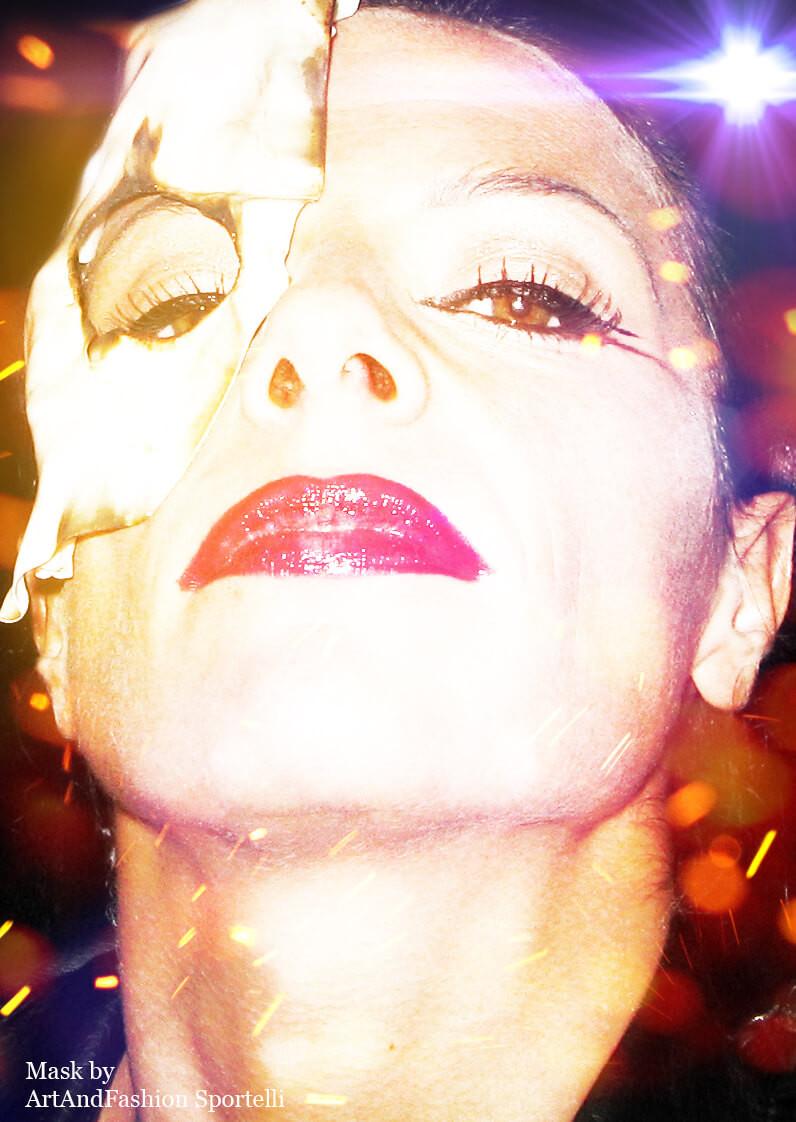 volto donna con piccola maschera di Halloween stile sexy zombie