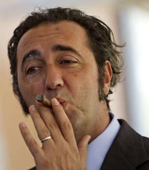 Paolo Sorrentino fuma sigaro