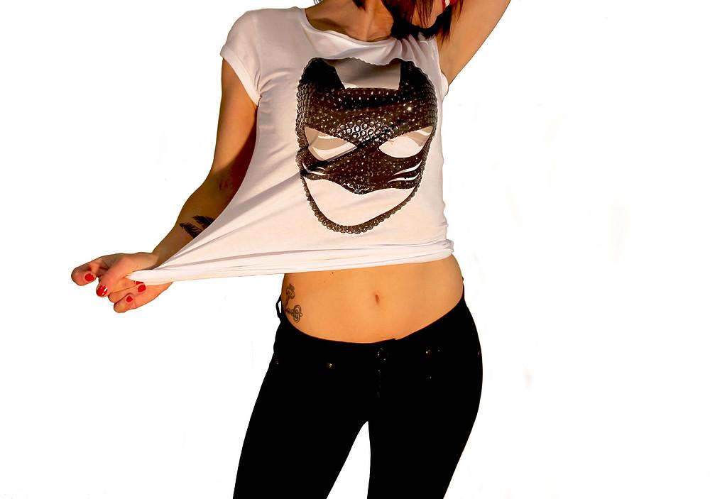 ragazza con maglietta personalizzata con stampa di una maschera nera con effetto 3d